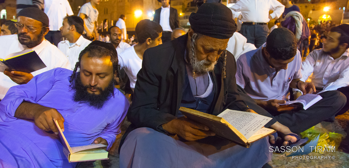 New immigrants from Yemen Jews praying on Tisha B'Av at the Western wall